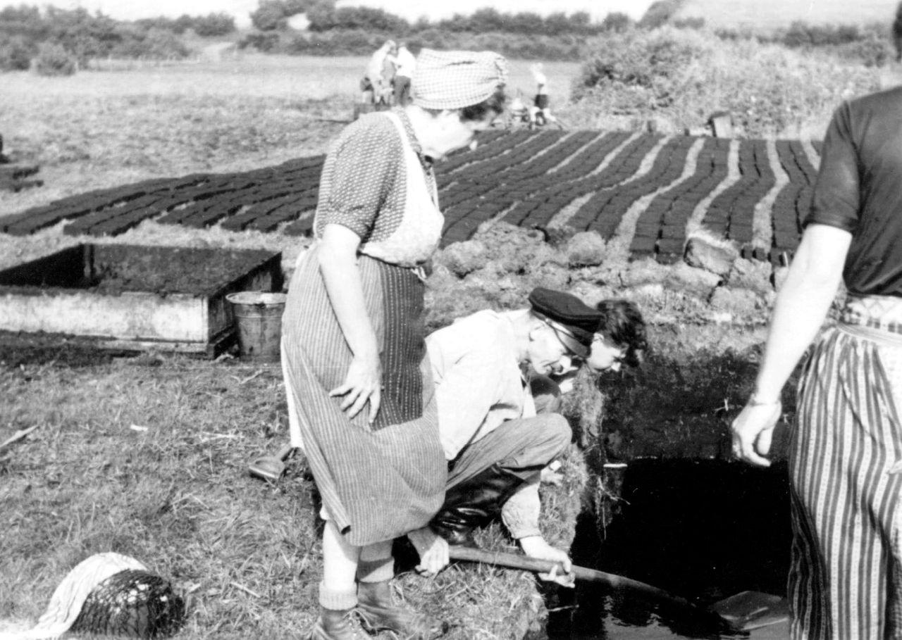 Beim Ausgraben des Torfes