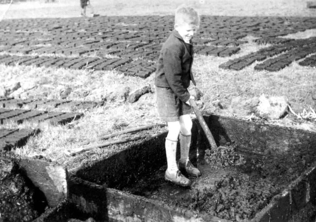 Gerhard Hansen beim Torfbacken