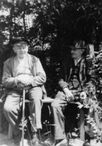 August Sievers aus der Nachbarkate und Onkel Willi auf der oberen Bank