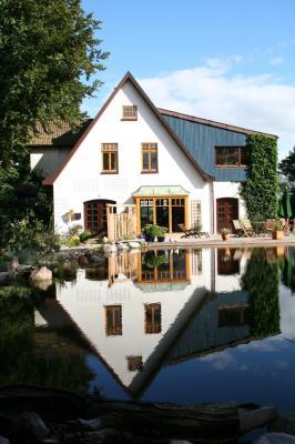 Das Haus spiegelt sich im Teich