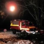 Der Strahler des Feuerwehrautos beleuchtete die Badestelle