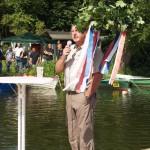 Der Vorsitzende des Angelvereins Stolpe Peter Gohlke am Richtkranz
