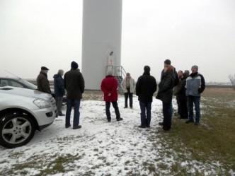 Die Gruppe aus Stolpe und Wankendorf unter der Windenergieanlage