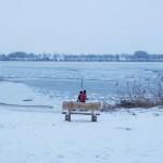 Die Kinder warten auf den gefrorenen See