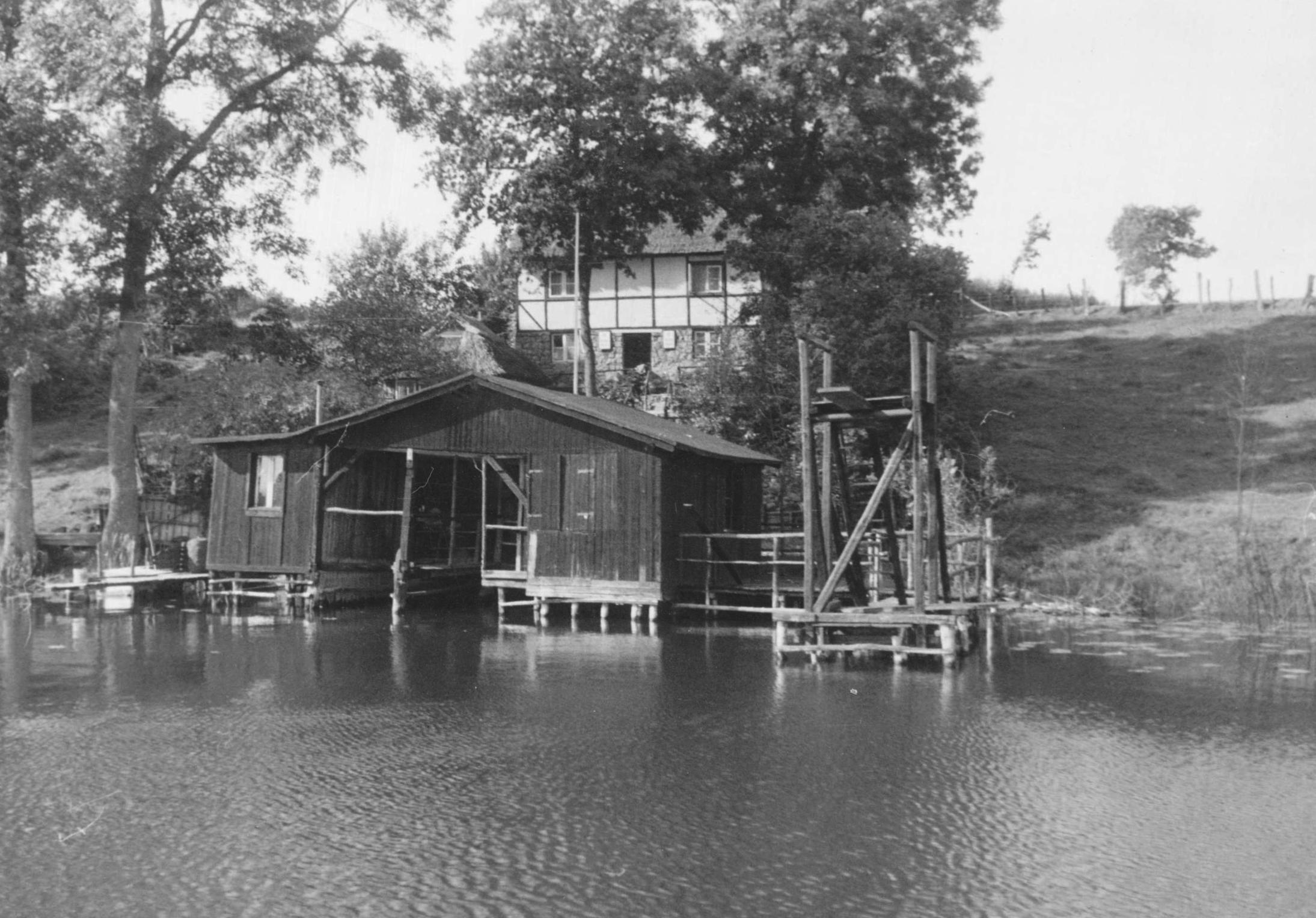 Gast- und Bootshaus mit Sprungturm