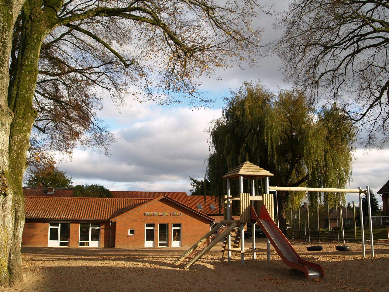 Grundschule noch mit Trauerweide