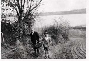 Helmut und Uwe Brauer beim Kaninchenkrautholen 1937