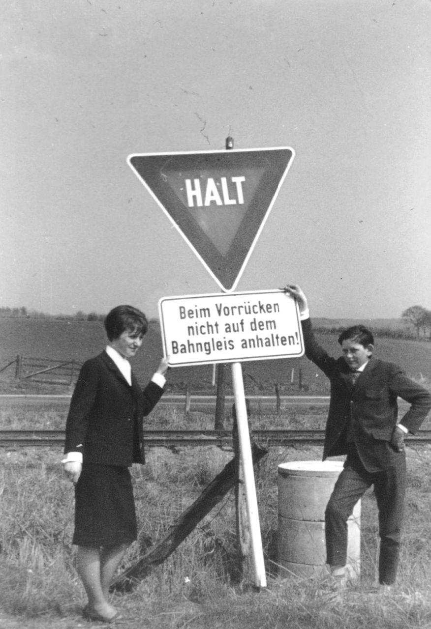 Schild an der Kleinbahn Kiel-Segeberg
