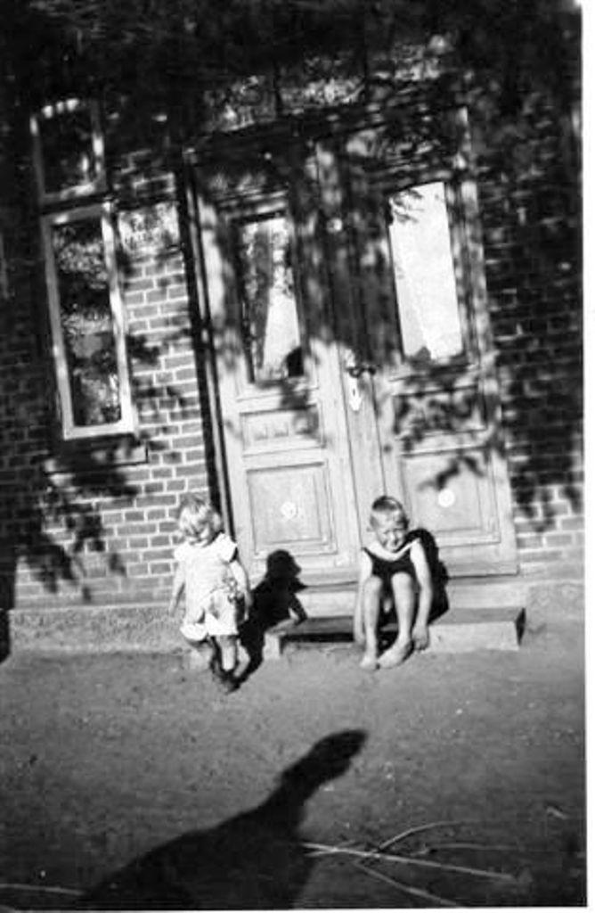 Uwe-Jens und Schwester Karin 1934