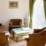 Wohnzimmer mit Bogenfenster