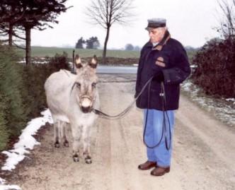 Herr Kasch führt seine Eselstute Laura am Seil spazieren.