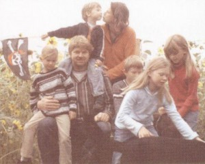 Matthias und Birte Stührwoldt und ihre Kinder Marie, Nora, Peer, Carla und Jon sitzen zusammen im Freien.