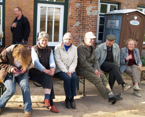 Besucher auf der langen Bank
