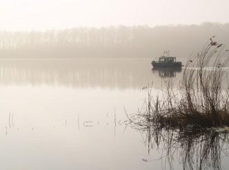 Vermessungsboot im Nebel