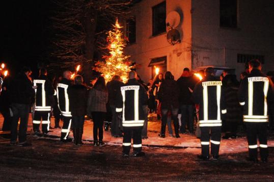 Die Freiwillige Feuerwehr Stolpe sichert zur Straße hin ab