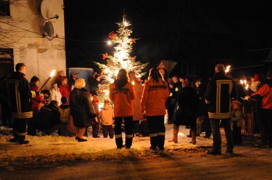 Singen am Weihnachtsbaum