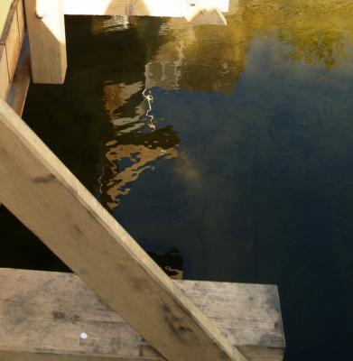 Spiegelbild der Brücke im Fluss