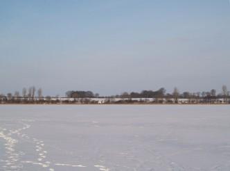Spuren auf dem vereisten See
