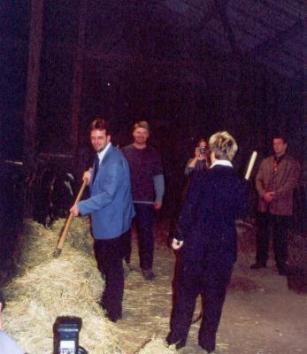 Umweltminister Müller versucht sich im Füttern der Tiere.