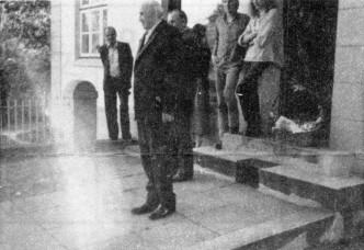 Adolf Schlüter vor dem Haus