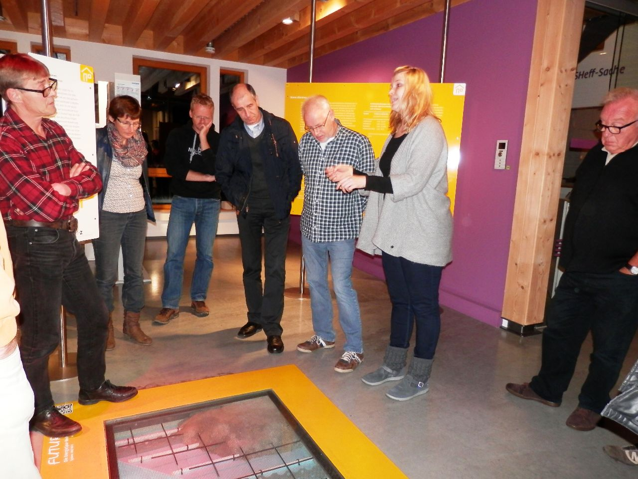 Die Teilnehmer betrachten den Aufbau der Fußbodenheizung