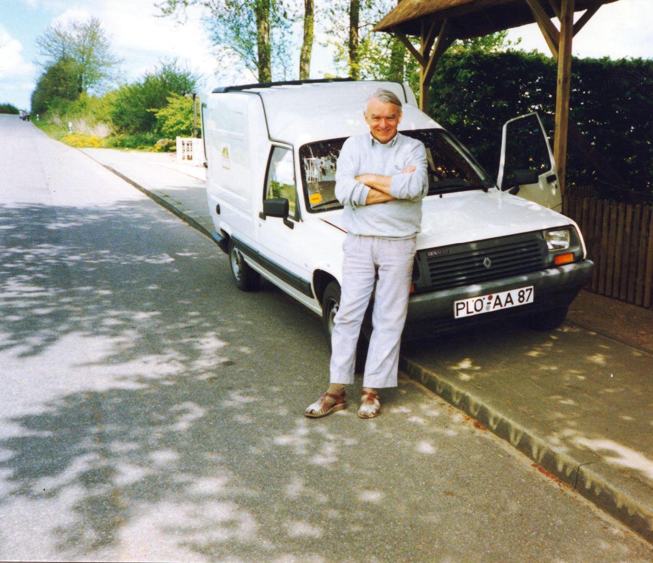 H. Bajorat mit Verkaufswagen