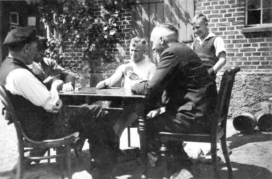 Kartenspiel im Hof