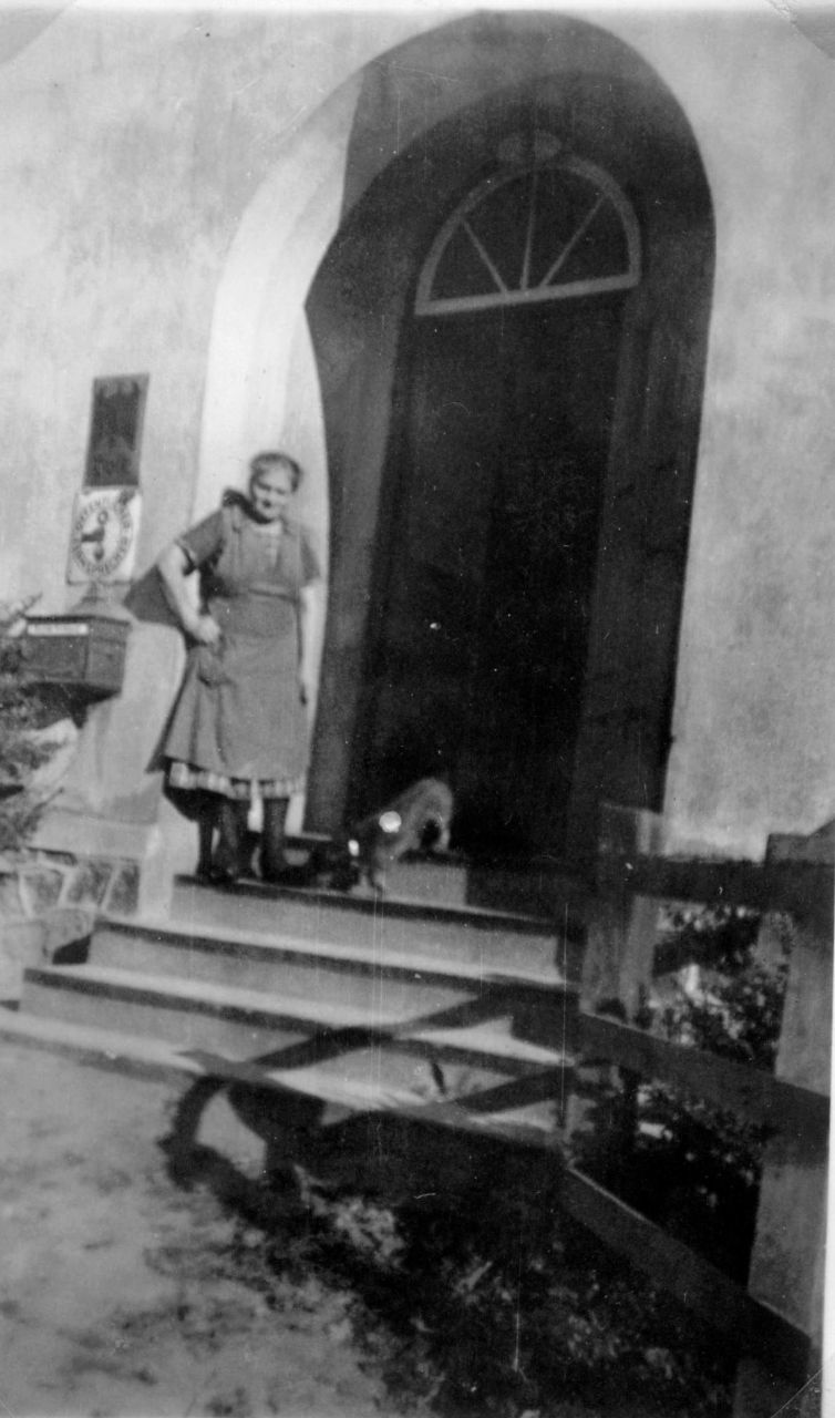 Frieda Grothkopp vor der Tür
