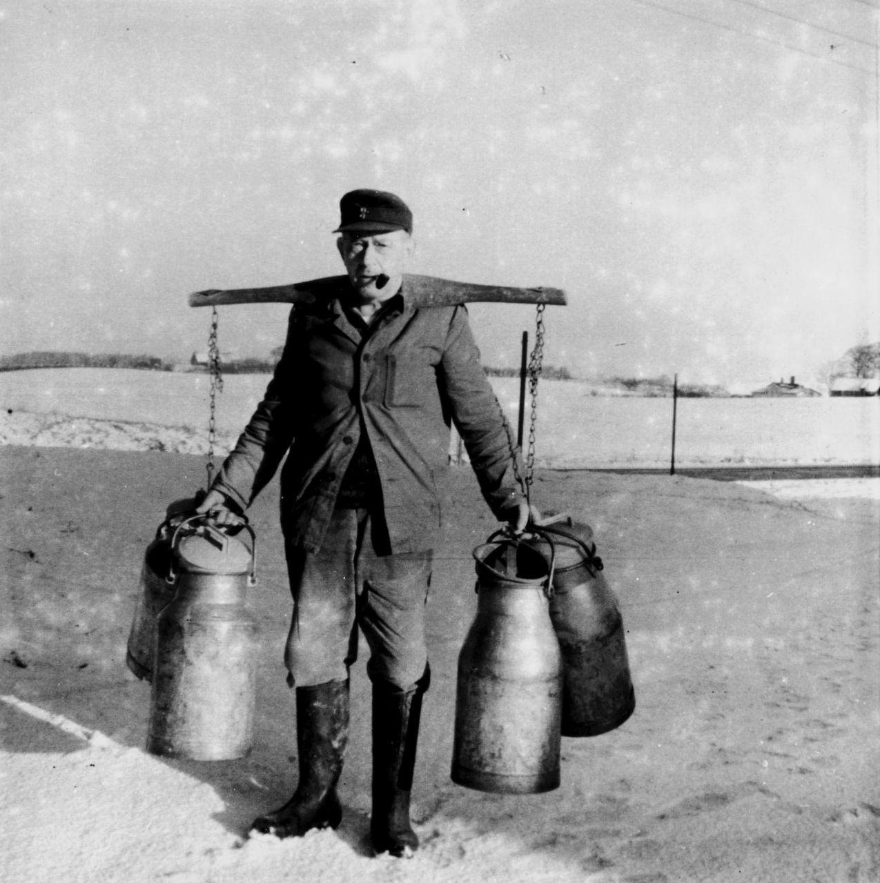 Paul Pukall mit Milchkannen 1953