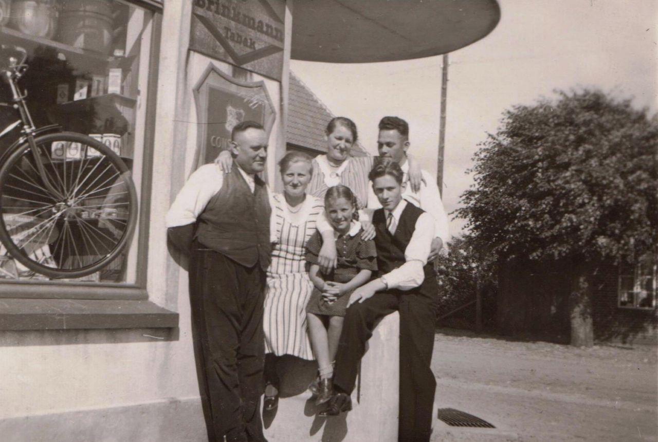 Familie vor dem Laden