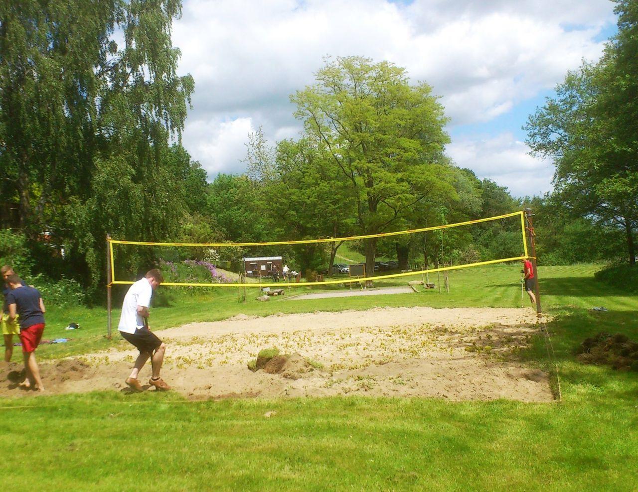 Reinigen des Beachvolleyballfeldes