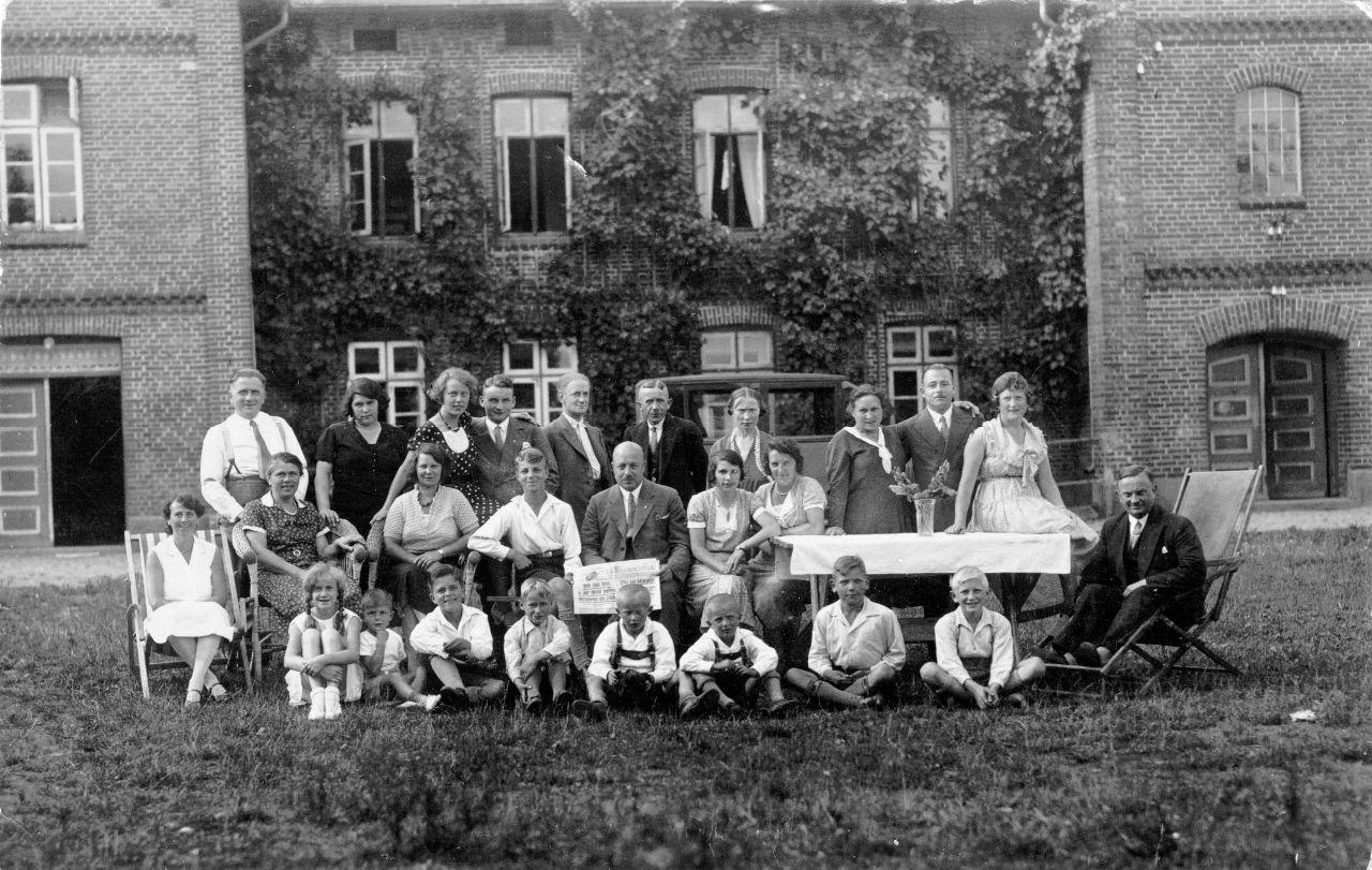Feriengäste mit Kindern ca. 1930