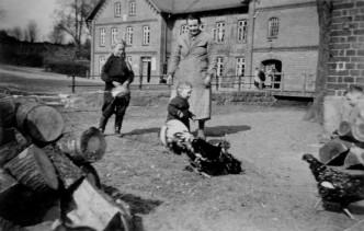 Auguste Schlüter mit Töchtern 1939