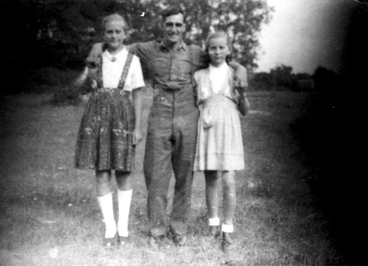 Gertrud und Karla mit Engländer 1945