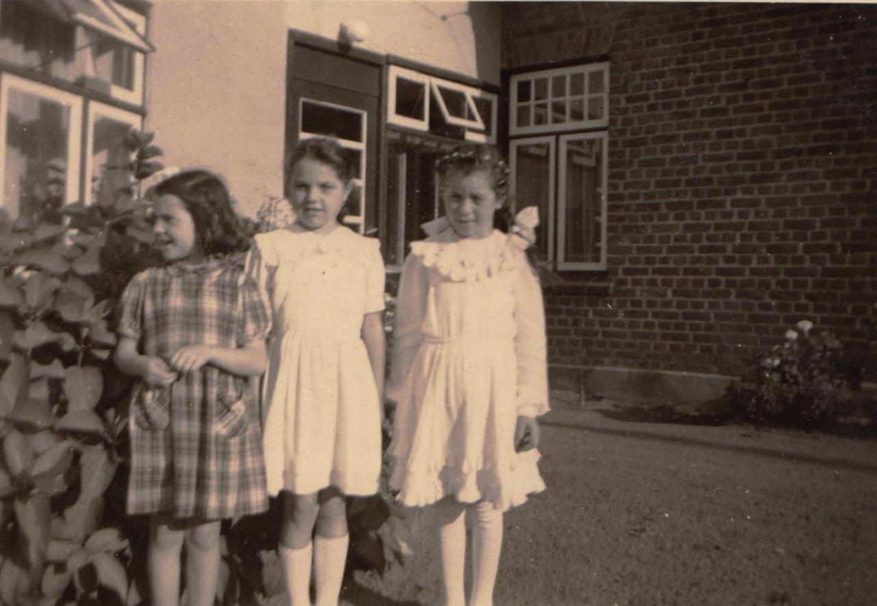 Drei Mädchen vor dem Eingang