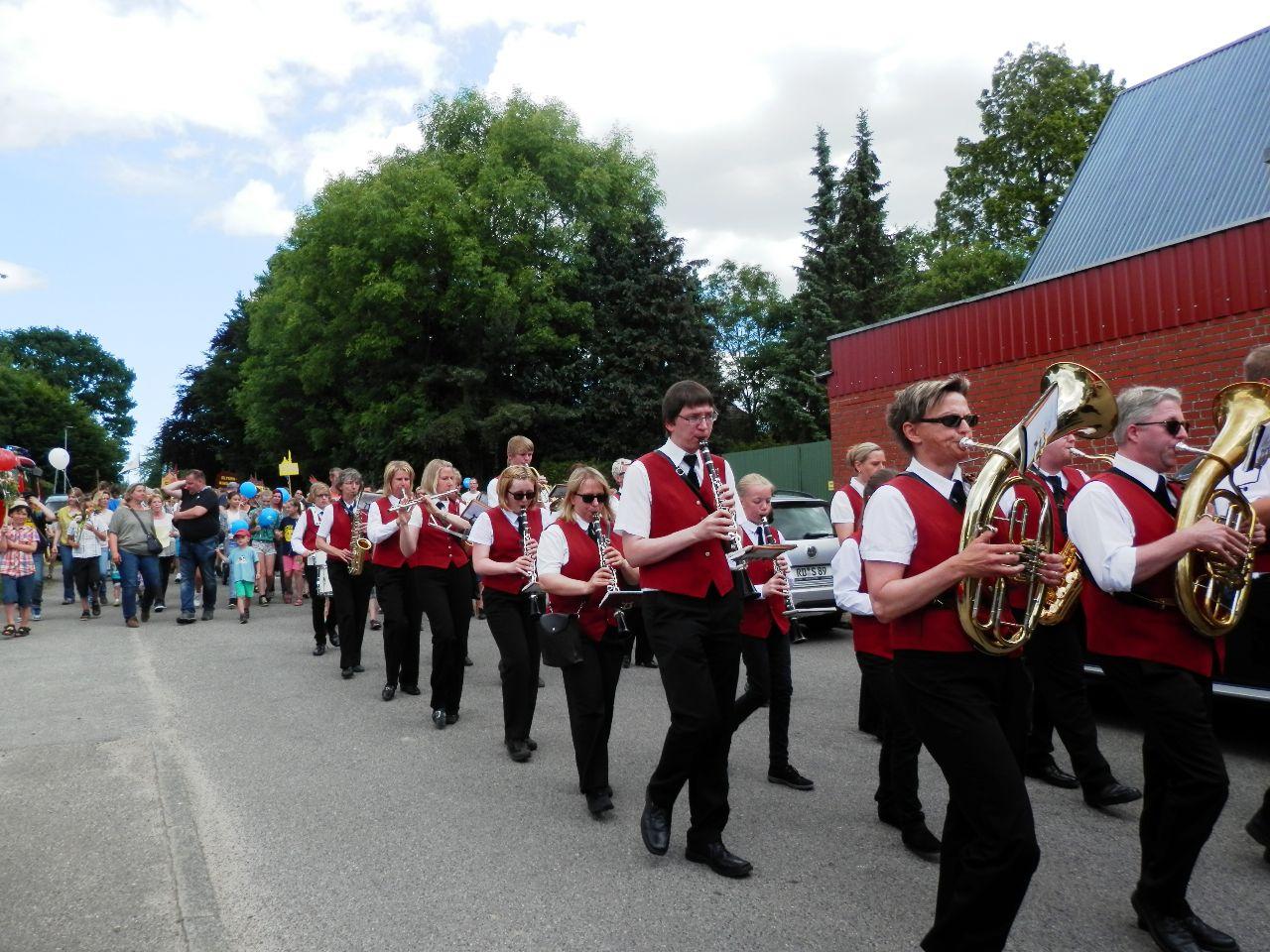 Das TSV-Blasorchester begleitet musikalisch