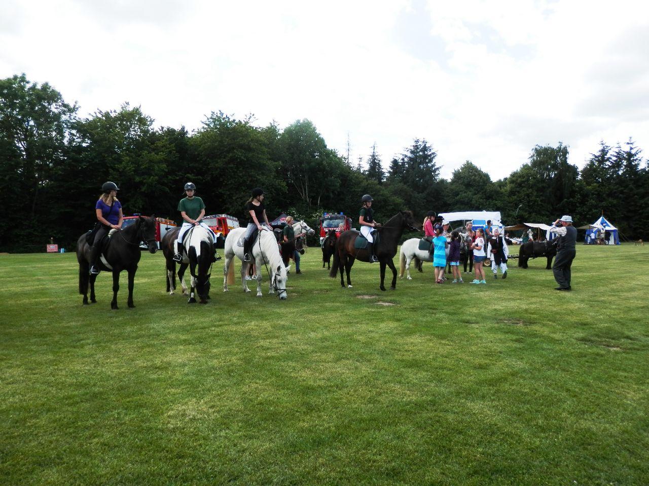 Aufstellung der Reiter und Kutschen