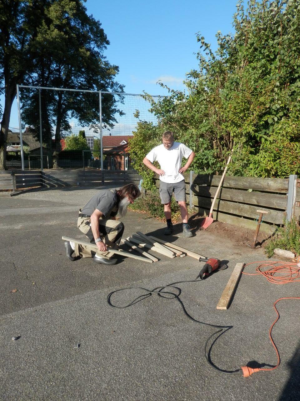Thomas und Wolfgang bereiten das Fundament vor
