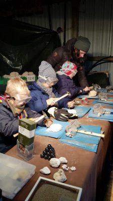 Kinder beim Bearbeiten von Fossilien