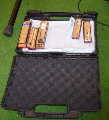 Koffer mit Mundharmonika
