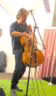 Ray Cooper virtuos mit Cello